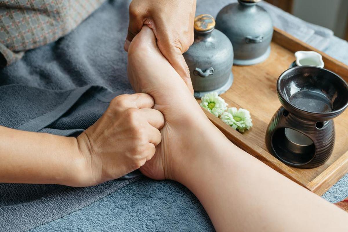give foot rub